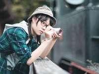 nő kék és fekete kockás gombos inget - nő kék és fekete kockás gomb-megjelöl ing gazdaság piros és fekete kamera. Turista lány. Yun