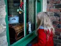 lány üvegablak közelében - a karácsony varázsa.