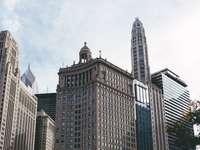 barna és fehér betonépület fehér felhők alatt - barna és fehér beton épület fehér felhők alatt nappal. Chicago építészeti együttese. Chica