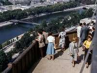 emberek a teraszon, kilátással a folyóra - Kíváncsi körül. Eiffel-torony, Párizs, Franciaország
