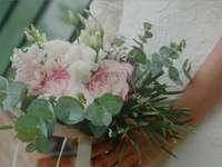 różowy i biały bukiet kwiatów - Bukiet ślubny Średnio pełny.