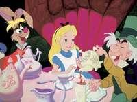 """Alice Csodaországban"""" - Több mint másfél évszázad telt el Alice Csodaországba vezető útja óta. Ez idő alatt Lewis"""