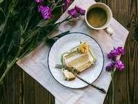 plakje cake op witte keramische plaat - plakje cake op witte keramische plaat met roestvrijstalen vork. .