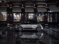 schwarzer Porsche 911 vor dem Gebäude geparkt
