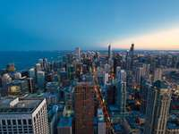 edifício de concreto cinza perto do corpo d'água durante o dia - Chicago ao pôr do sol. Chicago, EUA