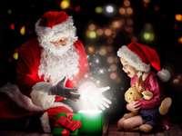 Santa's verrassingen - de komst van de kerstman verrast het kind aangenaam.