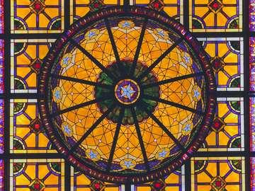 oeuvre de vitrail floral jaune, bleu et vert