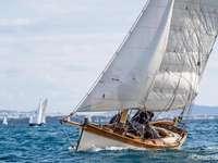 zeilboot - klassieke houten boot met zijwind Italië