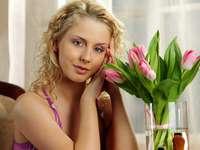 blondýnka a tulipány