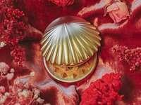 arany és ezüst kerek dísz - arany és ezüst kerek dísz vörös és fehér virágos textilen. Arany tengeri kagyló daráló pi