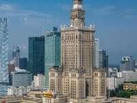 Palácio da Cultura e Ciência - Palácio da Cultura e da Ciência em Varsóvia A imagem também mostra edifícios e uma grande quant