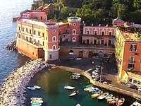 riva fiorita Posillipo Nápoly Olaszország - jellegzetes halászkikötő Posillipo Nápolyban