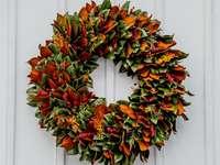 zelený a červený květinový věnec - Tento krásný věnec je vyroben ze všech přírodních předmětů se zaměřením na listy magnó