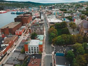 vista aérea de los edificios de la ciudad cerca del cuerpo de agua