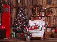 Árvore de Natal com presentes em uma casa de madeira - m ........................