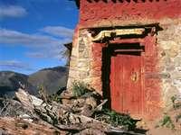καφέ και γκρι σκυρόδεμα σπίτι κατά τη διάρκεια της ημέρας - Μοναστήρι Drekong, αυτόνομη περιοχή του Θιβέτ, Κίνα