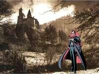 T1 imaginar - Montaj al castelului lui Dracula cu Dracula în prim-plan