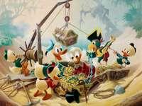 KAČER DONALD - Navzdory chamtivosti Scrooge a mzdovým hladům, které Donald a jeho synovci dostávají za práci