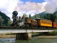 pociąg na moście - m........................