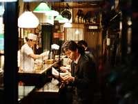 man håller menyn - Restaurang i Japan. Shinjuku, Japan