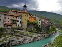 épület a csatorna mellett Szlovéniában - m .....................