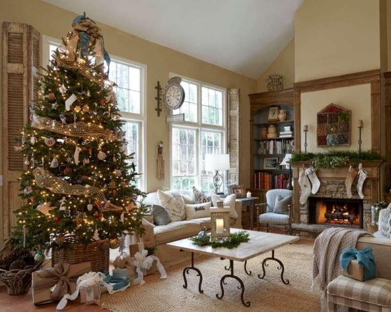 Weihnachtszimmer mit Kamin