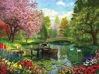 Im Park ein Teich und ein Hund auf der Brücke
