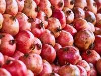 červená jablka na hnědý dřevěný stůl - granátová jablka. krocan
