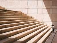 niño de pie delante de la escalera de hormigón beige - Aumentar. Atami, Japón
