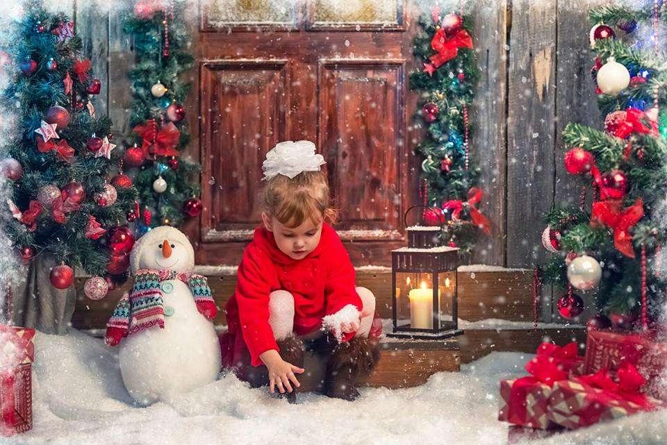 Noël des enfants - Une petite fille à la porte (13×9)