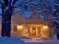 Iarna de Crăciun - Decor în fața casei de Crăciun.