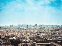 αεροφωτογράφηση της πόλης κάτω από άσπρα σύννεφα και μπλε του ουρανού