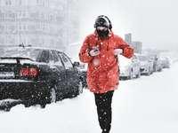 άντρας περπάτημα στο χιονισμένο δρόμο - Είναι μια Ουκρανική Άνοιξη, μωρό μου. Σήμερα. Πόλη του Κ