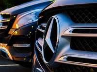 grå Mercedes-Benz emblem - Closeup av Mercedes Benz framdel på solnedgången. . Chantilly, VA, USA