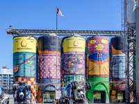 steaguri asortate pe clădirea din beton galben în timpul zilei - Turnuri industriale decorate ciudat în Vancouver BC. . Vancouver, BC, Canada