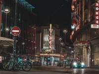 éjszakai utcán, mellékutakon parkoló kerékpárral - Hang. Strasbourg, Franciaország