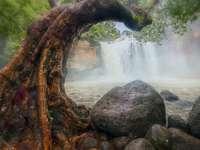 brun klippformation nära vattenfall under dagtid - Khao Yoi, Khao Yoi District, Пхетчхабури, Таиланд
