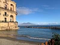 Vezuviu și palatul donn'Anna posillipo Napoli - panorama de pe plaja Palazzo don Anna posillipo Napoli Italia