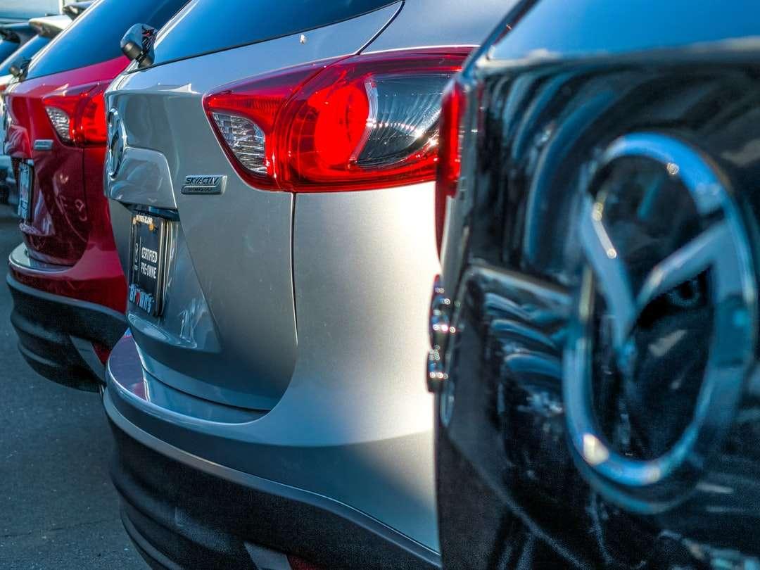 Mazda-emblem - En rad medelstora stadsjeepar på en solig dag. . 10620 Fairfax Blvd, Fairfax, VA 22030, USA, USA (6×5)