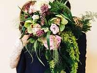 mulher segurando um buquê de flores abraçando um homem - Esta foto foi tirada para o editorial de um casamento elegante. Usei a jaqueta azul marinho sob medi