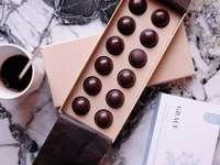 vit keramisk mugg på brun låda - Belgien choklad. Bruxelles, Belgique