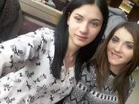 Uma imagem importante na minha vida - Nesta foto estamos minha irmã e eu no shopping