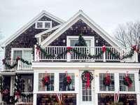 casă din lemn alb și gri - Crăciun în New England cu decorațiuni pentru casă. Marshfield, MA, SUA