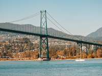 tagsüber Brücke über den Fluss
