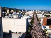 edificio de hormigón blanco durante el día - Black Lives Matter - Protesta pacífica en Hollywood Blvd. Hollywood, Los Ángeles, CA, EE. UU.