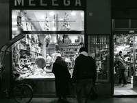 szürkeárnyalatos fotó két személyről, akik a Melega üzletben állnak - Bologna, Bologna, Italia