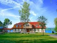 ett hus vid sjön