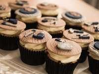 košíčky s čokoládou a modrou polevou nahoře - Kolekce cupcakes.