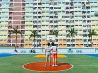 fotografia minimalista de dois homens - fotografia minimalista de dois homens em pé na quadra de basquete, olhando para cima. . Choi Hung E