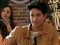 Simón Álvarez - Simón Álvarez - protagonista seriálu, nejlepší přítel Luny. Je z Mexika, z Cancúnu, ale sled